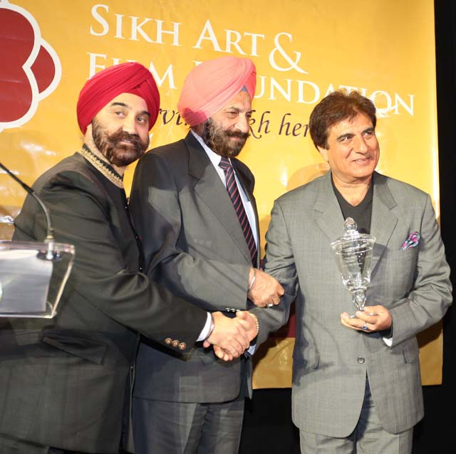 Hon. Tarlochan Singh, Member of Parliament, awarded Raj Babbar for his contribution in Vision, while Tejinder Singh Bindra, President of Sikh Art & Film Foundation looks on.