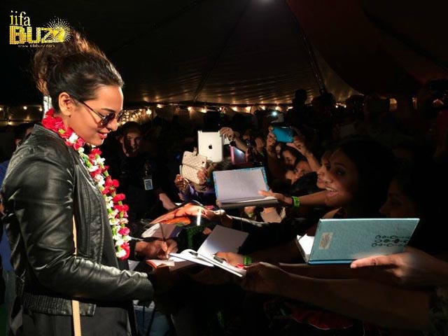 Sonakshi Sinha with fans