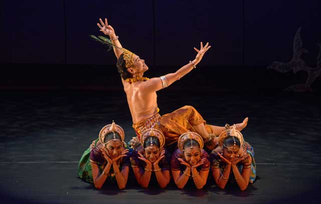 Ramli Ibrahim and dancers ©Elsa Ruiz