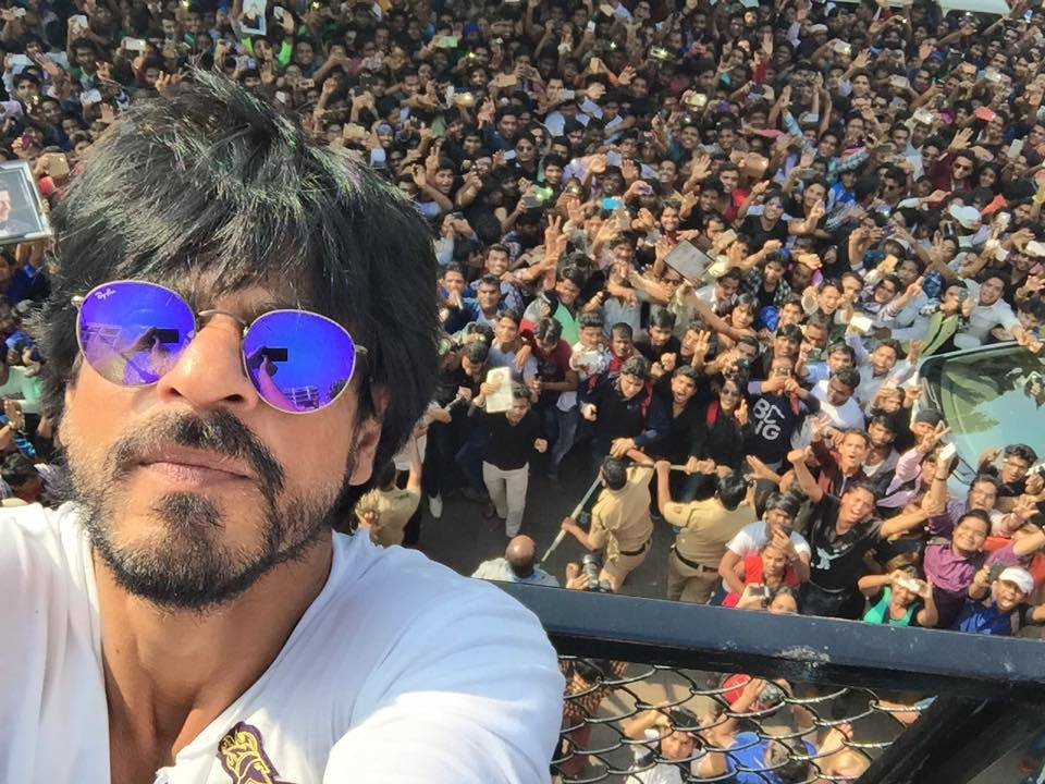 Shah Rukh Khan surrounded by fans on his big 5-O